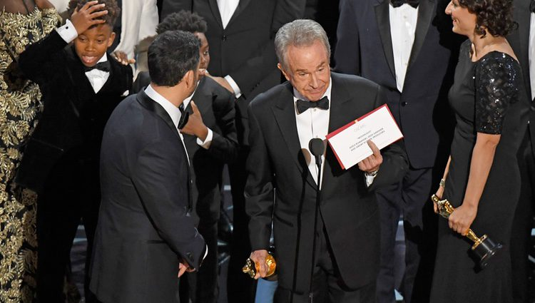 Momento en el que Warren Beatty anuncia que ha habido un error en la Mejor Película de los Oscar 2017