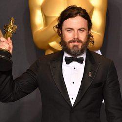 Casey Affleck posando con su Oscar 2017 a Mejor actor por 'Manchester frente al mar'