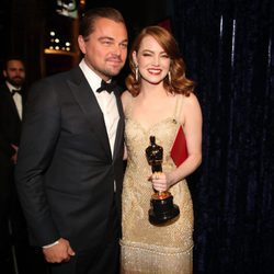 Emma Stone posando con su Oscar 2017 junto a Leonardo DiCaprio