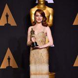 Emma Stone posando con su Oscar 2017 a Mejor actriz