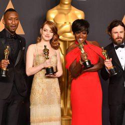 Mahershala Ali, Emma Stone, Viola Davis y Casey Affleck posando con sus Premios Oscar 2017