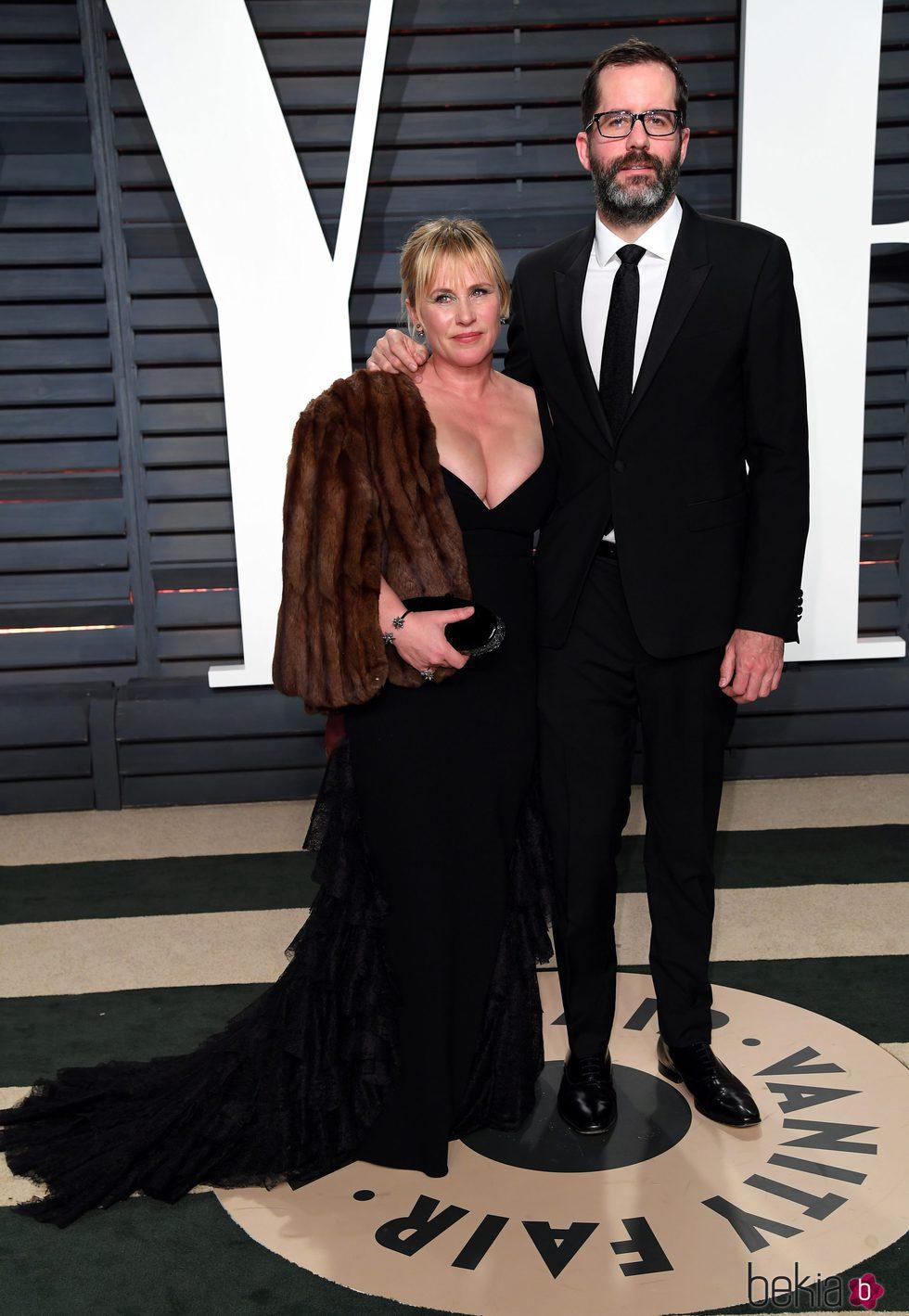 Patricia Arquette y Eric White en la fiesta de Vanity Fair de los Premios Oscar 2017