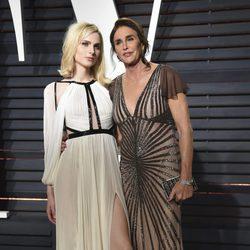 Andreja Pejic y Caitlyn Jenner en la fiesta de Vanity Fair de los Premios Oscar 2017