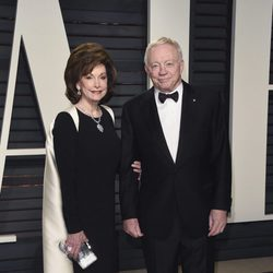 Jerry Jones y Eugenia en la fiesta de Vanity Fair de los Premios Oscar 2017