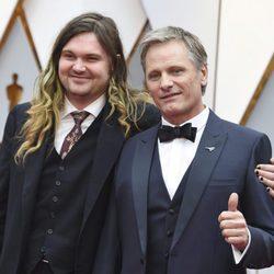 Viggo Mortensen y su hijo Henry en la alfombra roja de los Premios Oscar 2017
