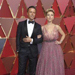 Joe Machota y Scarlett Johansson en la alfombra roja de los Premios Oscar 2017