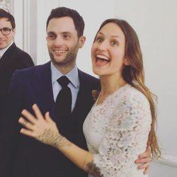 Penn Badgley y Domino Kirke el día de su boda