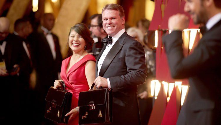 Brian Cullinan y Martha Ruiz, representantes de PriceWaterhouseCoopers en los Oscar 2017