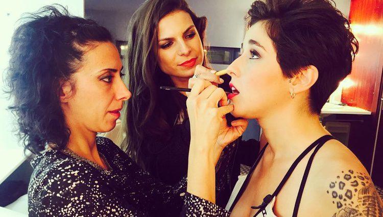 Alejandra Castelló en una sesión de maquillaje