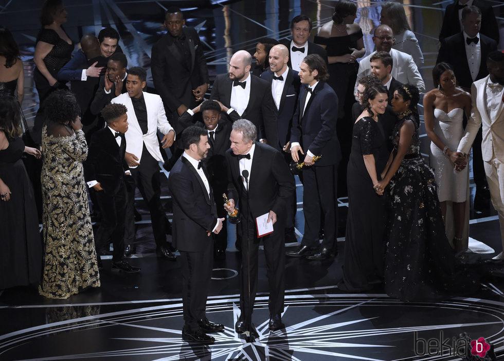 Jimmy Kimmel junto a Warren Beatty en el momento de confusión de los Óscar 2017