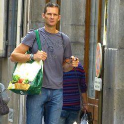 Iñaki Urdangarín pasea al perro con la bolsa de la compra en Ginebra