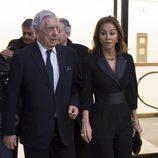 Mario Vargas Llosa e Isabel Preysler llegando a la entrega de la Gran Cruz de la Orden Civil de Alfonso X el Sabio
