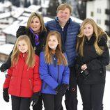 Los Reyes de Holanda y sus hijas posan de vacaciones en la nieve
