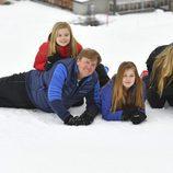 Divertido posado de Guillermo Alejandro y Máxima de Holanda con sus hijas en la nieve