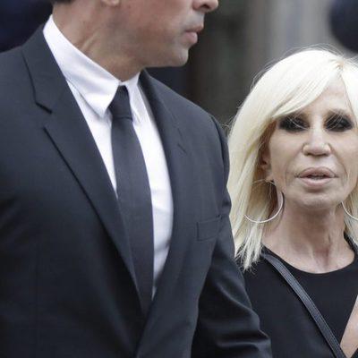 Donatella Versace en el funeral de Franca Sozzani en Milán
