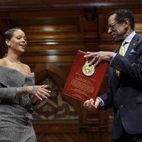 Rihanna feliz recogiendo en Harvard el título de Humanitaria del Año 2017