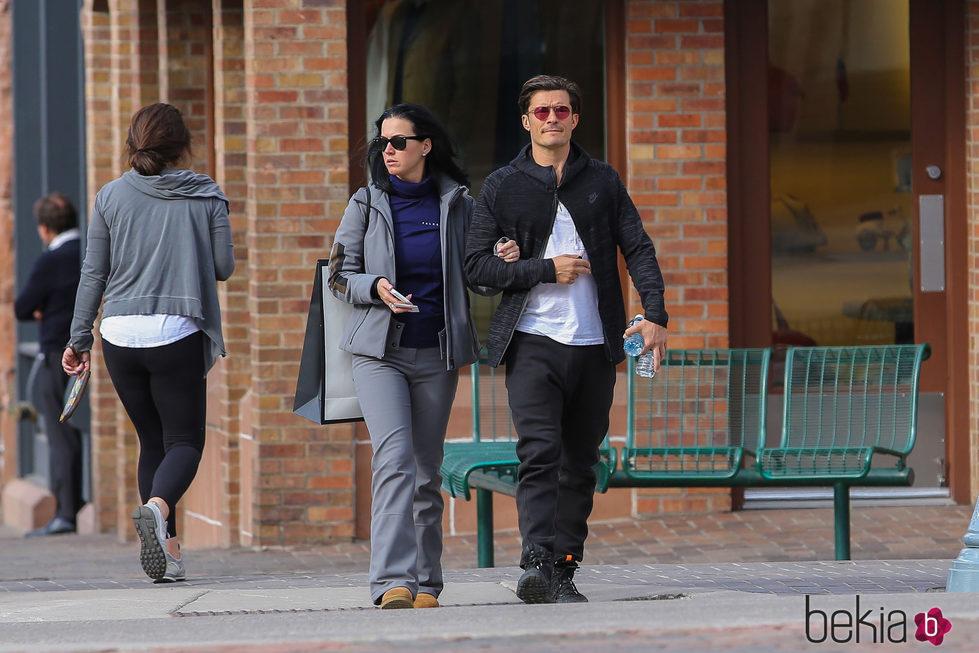 Orlando Bloom paseando de la mano de Katy Perry
