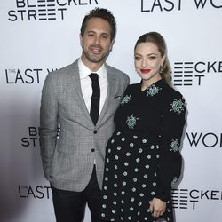 Amanda Seyfried y Thomas Sadoski en la premier de 'The last word'