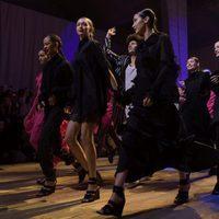 Bella y Gigi Hadid junto al resto de modelos en la pasarela de H&M en París