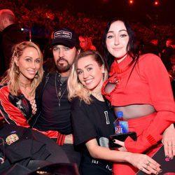 Miley Cyrus, Billy Ray Cyrus, Noah Cyrus y Tish Cyrus en los iHeartRadio Awards 2017