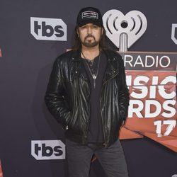 Billy Ray Cyrus en la alfombra roja de los iHeartRadio Awards 2017