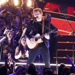 Ed Sheeran actuando en los iHeartRadio Music Awards 2017