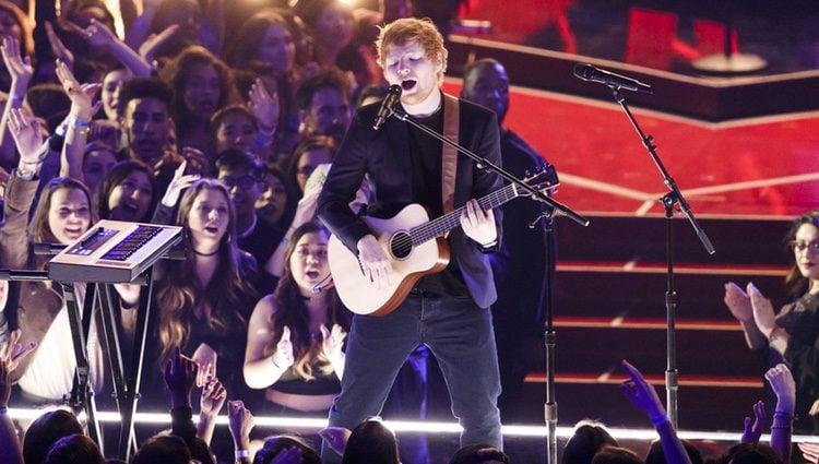 Ed Sheeran actuando en los iHeartRadio Music Awards 2017