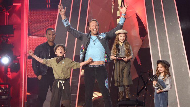 Chris Martin, integrante de Coldplay, con su premio en los iHeartRadio Music Awards 2017