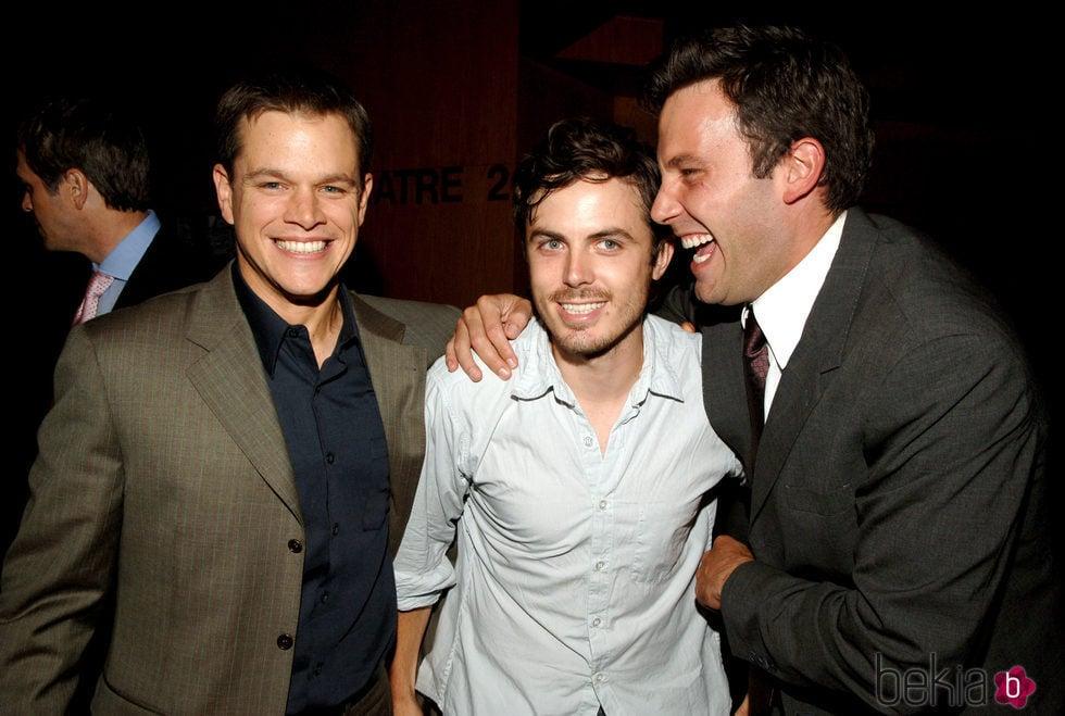 Matt Damon, Casey y Ben Affleck sonriendo en un evento