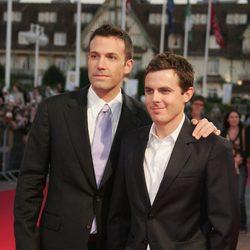 Ben Affleck y Casey Affleck en un evento durante sus inicios
