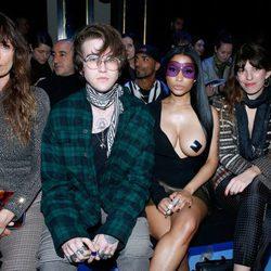Nicki Minaj junto a Gabriel Kane, Caroline de Maigret y Lou Doillon