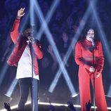 Noah Cyrus y Labrinth actuando en los iHeartradio Music Awards 2017