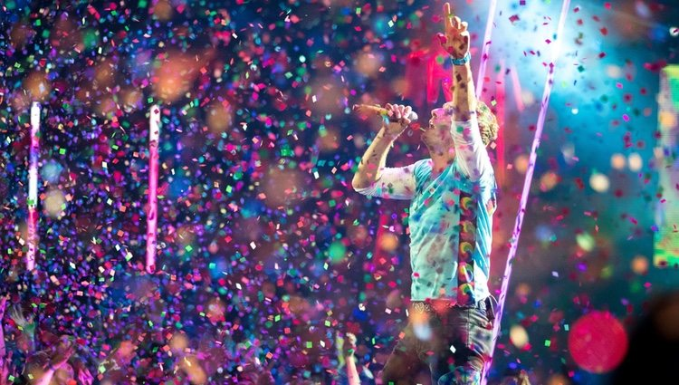 Chris Martin actuando en los iHeartRadio Music Awards 2017