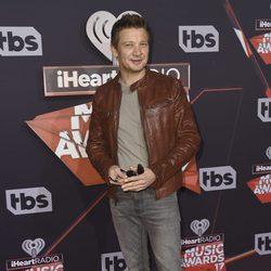 Jeremy Renner en la alfombra roja de los iHeartRadio Music Awards 2017