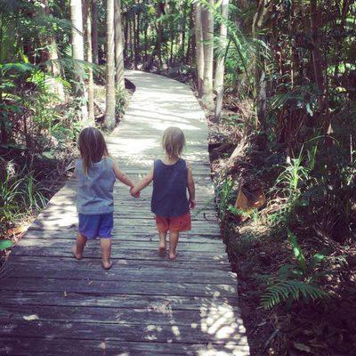 Tristan y Sasha Hemsworth adentrándose en la selva australiana cogidos de la mano