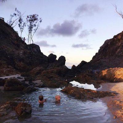 Tristan y Sasha Hemsworth dándose un chapuzón en Byron Bay