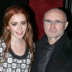 Lily Collins junto a su padre Phil Collins en el año 2009