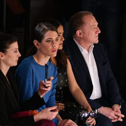 Carlota Casiraghi en el front row del desfile de Stella McCartney en la Paris Fashion Week