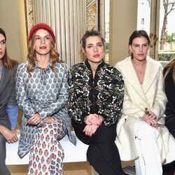 Carlota Casiraghi con Bianca Brandolini, Eugenie Niarchos, Juliette Dol y Lauren Santo Domingo en la Paris Fashion Week