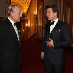 El Duque de Edimburgo y Tom Cruise charlando en Buckingham Palace
