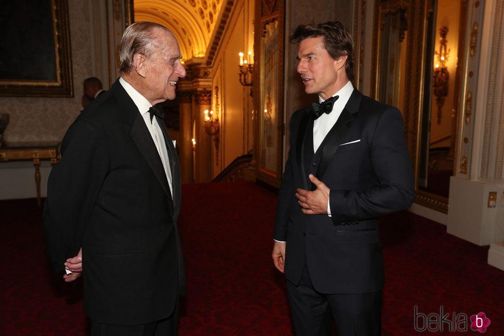 El Duque de Edimburgo y Tom Cruise charlando en Buckingham Palace