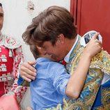 Manuel Díaz 'El Cordobés' y su hijo Manuel se abrazan antes de comenzar la corrida en Morón de la Frontera