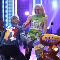 Gwen Stefani lo da todo encima del escenario de los Nickelodeon Kids' Choice Awards 2017