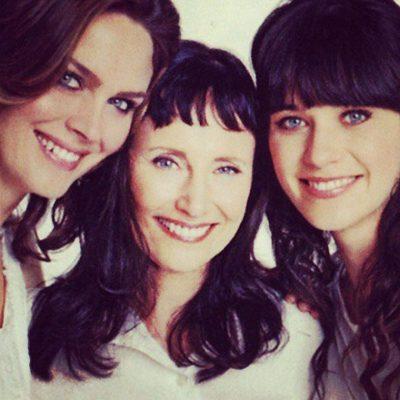Las hermanas Emily y Zooey Deschanel con su madre