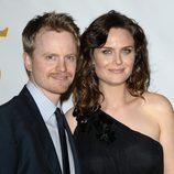 Emily Deschanel y su marido David Hornsby el los Genesis Awards