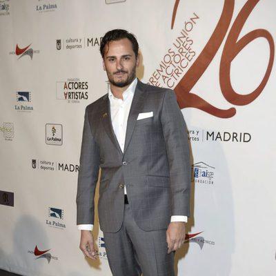 Asier Etxeandía en la red carpet de la XXVI edición de los Premios de la Unión de Actores