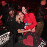 Miley Cyrus junto a su hermana Noah en los iHeartRadio Music Awards