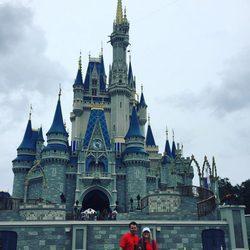 Jamie Lynn Spears con su hija Maddie y su marido Jamie Watson en Disney World