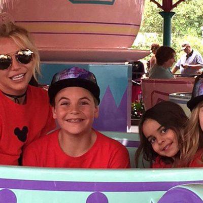 Britney Spears con su hijo Sean y sus sobrinas Maddie y Lexie en Disney World