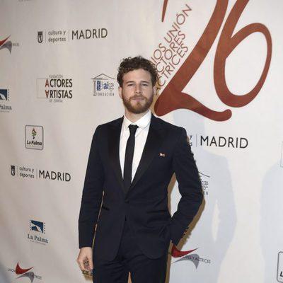 Álvaro Cervantes en la red carpet de la XXVI edición de los Premios de la Unión de Actores